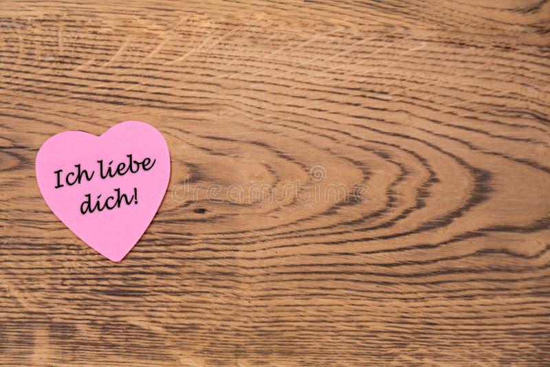 与文本'Ich liebe dich的'桃红色心脏柱子在木背景 r 向量例证