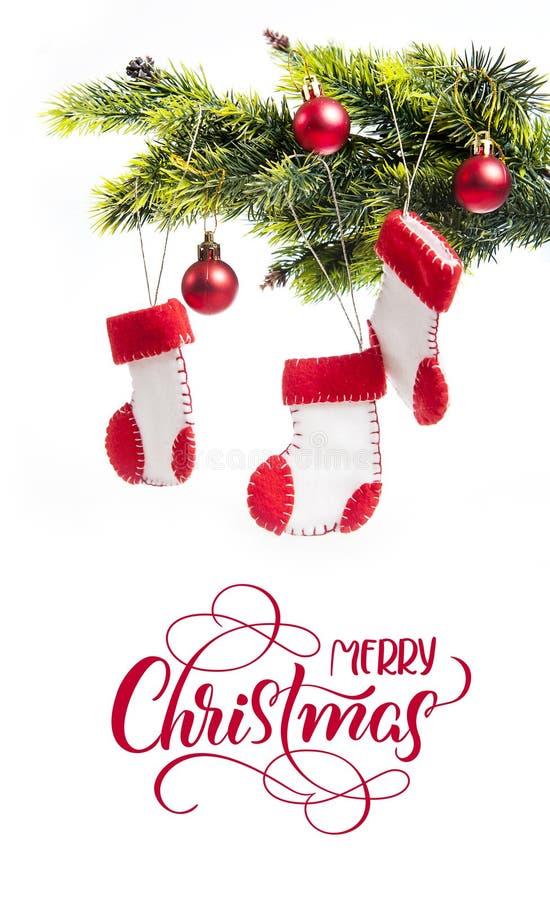 与文本圣诞快乐的杉树装饰的和起动圣诞老人 书法字法 免版税库存照片