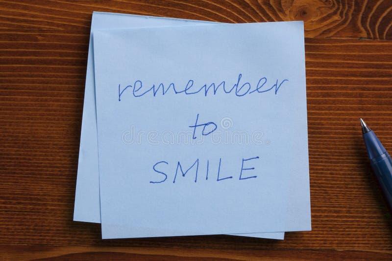 与文本的稠粘的笔记记住微笑 免版税库存照片