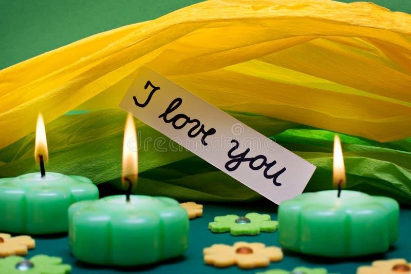 与文本的绿色黄色背景我爱你 库存照片