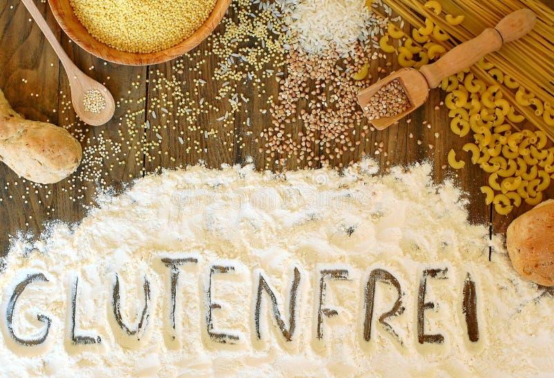 与文本面筋的面筋免费谷物玉米、米、荞麦、奎奴亚藜、小米、面团和面粉在棕色woode的德语释放 免版税库存图片
