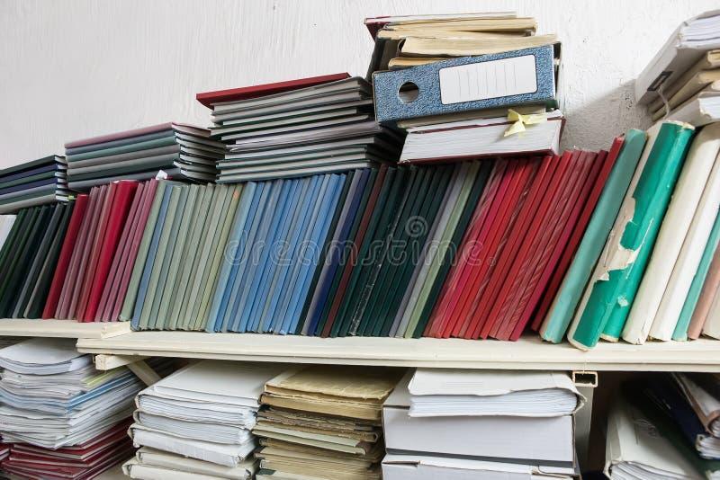 与文件夹的架子与文献 免版税库存图片