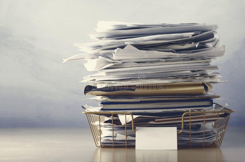与文件的屑子盘子被堆的上流在土褐色的颜色 免版税图库摄影