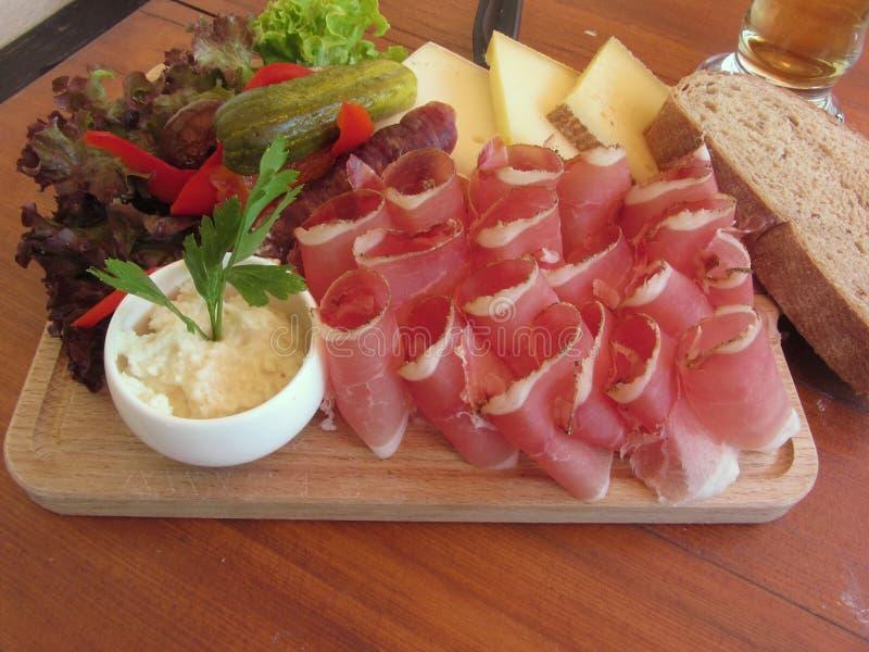 与斑点、山乳酪、辣根酱和整个五谷面包的典型的南Tyrolean快餐 库存图片