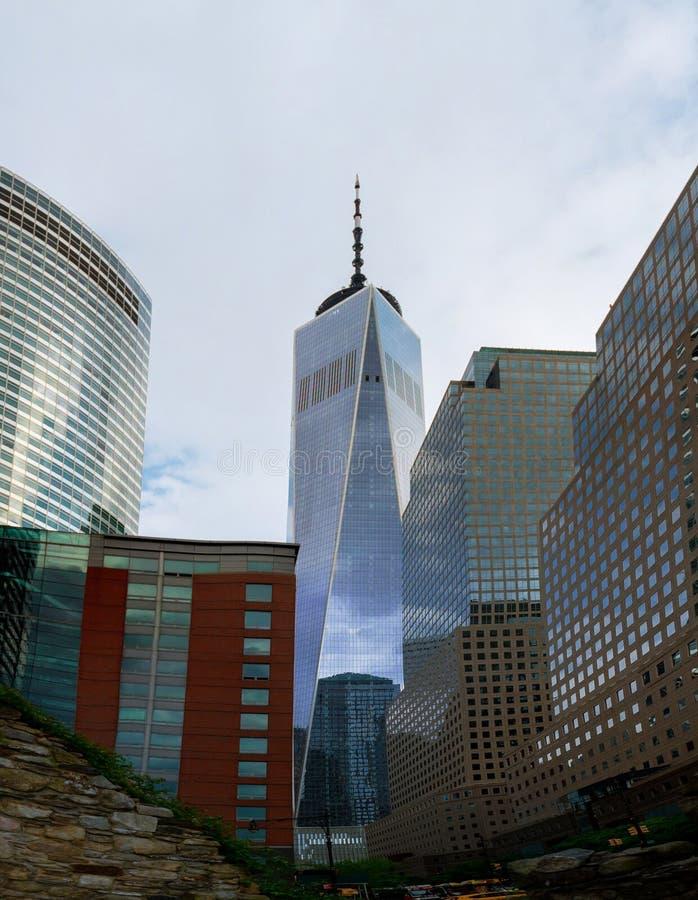 与新世贸大厦自由塔的纽约曼哈顿地平线 库存图片