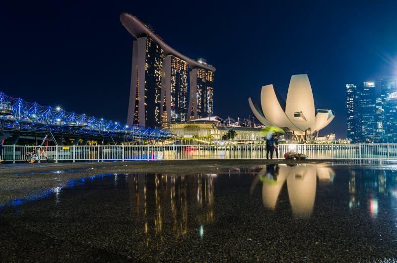 与新加坡艺术科技馆的美好的蓝色小时,小游艇船坞海湾铺沙旅馆和螺旋桥梁 免版税库存照片