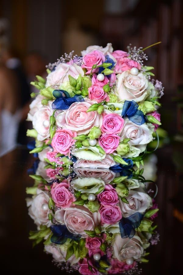 与新娘和新郎的美丽的五颜六色的婚礼花束在b 免版税库存照片