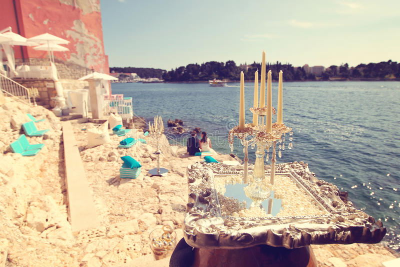 与新娘和新郎的蜡烛作为剪影 免版税库存图片