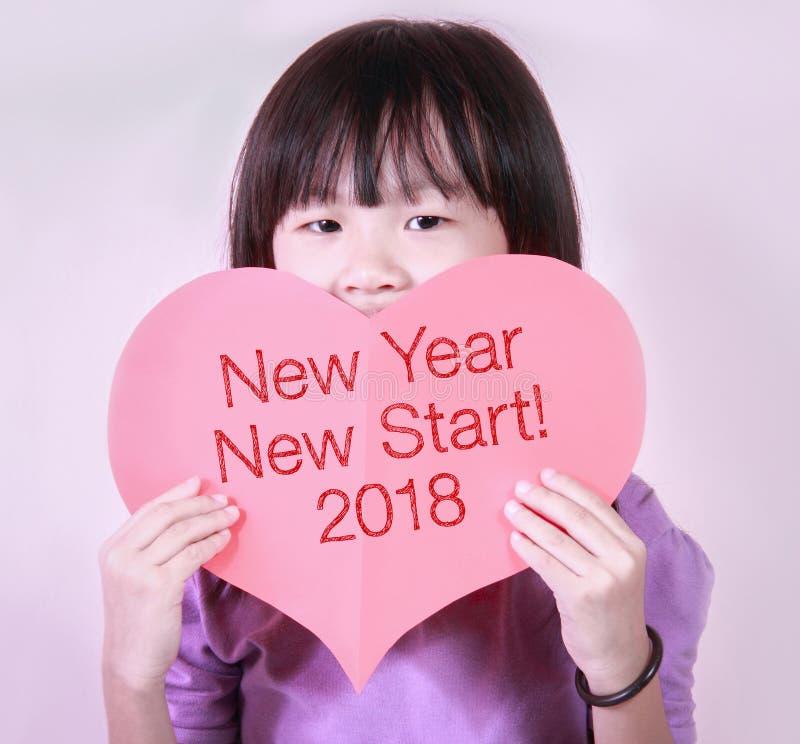 与新年新的开始的红色心脏形状卡片2018年 免版税库存照片
