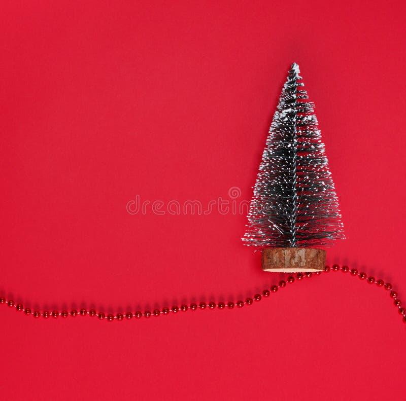 与新年树的抽象红色圣诞节背景 图库摄影