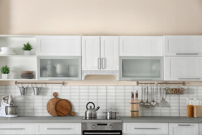 与新的家具的时髦的厨房内部 图库摄影