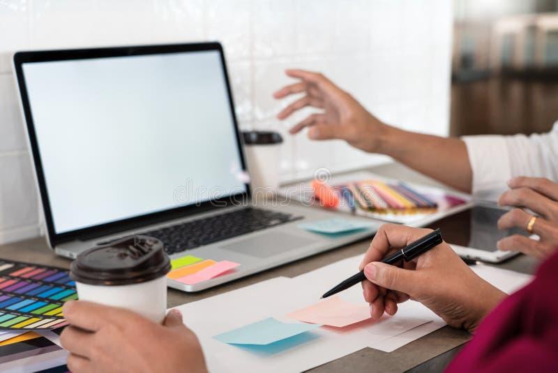 与新的起始的项目计划以下步骤的队工作businessmans乘员组创造性的工作工作,配合过程,激发灵感 免版税库存照片