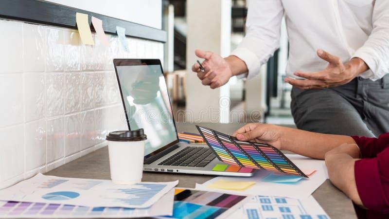 与新的起始的项目计划以下步骤的队工作businessmans乘员组创造性的工作工作,配合过程,激发灵感 库存图片