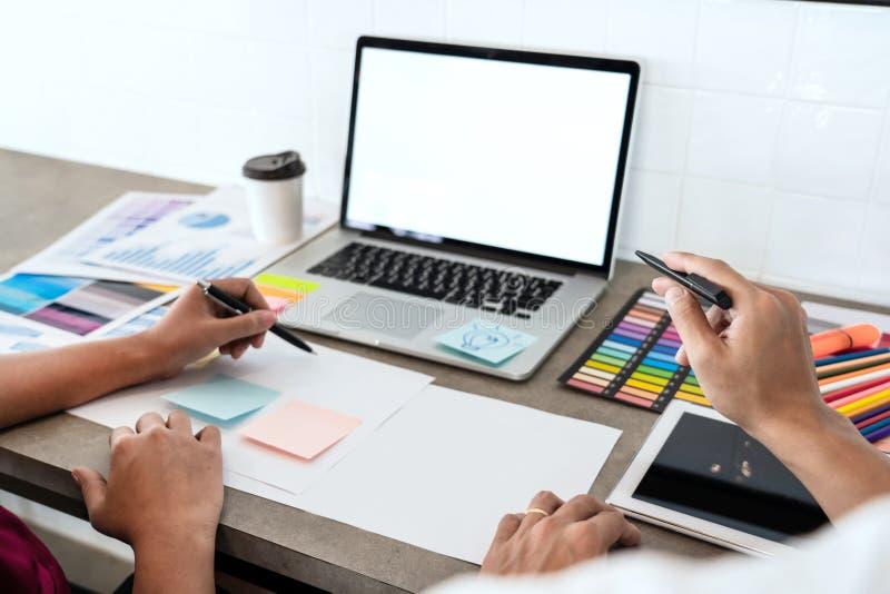 与新的起始的项目计划以下步骤的队工作businessmans乘员组创造性的工作工作,配合过程,激发灵感 免版税库存图片