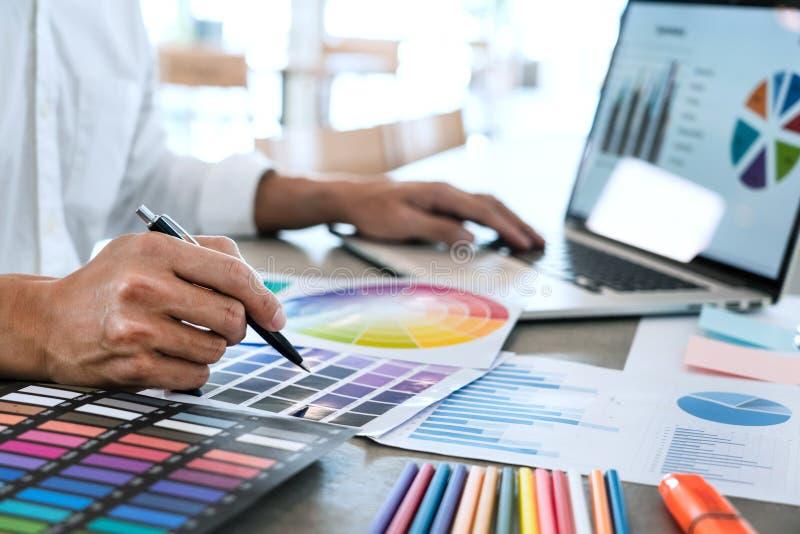 与新的起始的项目计划以下步骤的队工作businessmans乘员组创造性的工作工作,配合过程,激发灵感 免版税图库摄影