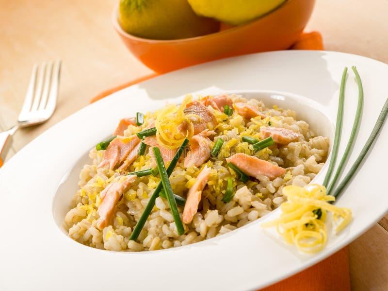 与新鲜的三文鱼的意大利煨饭 免版税库存图片