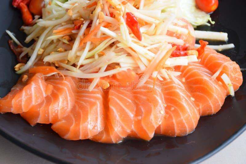 与新鲜的三文鱼的番木瓜沙拉 库存照片
