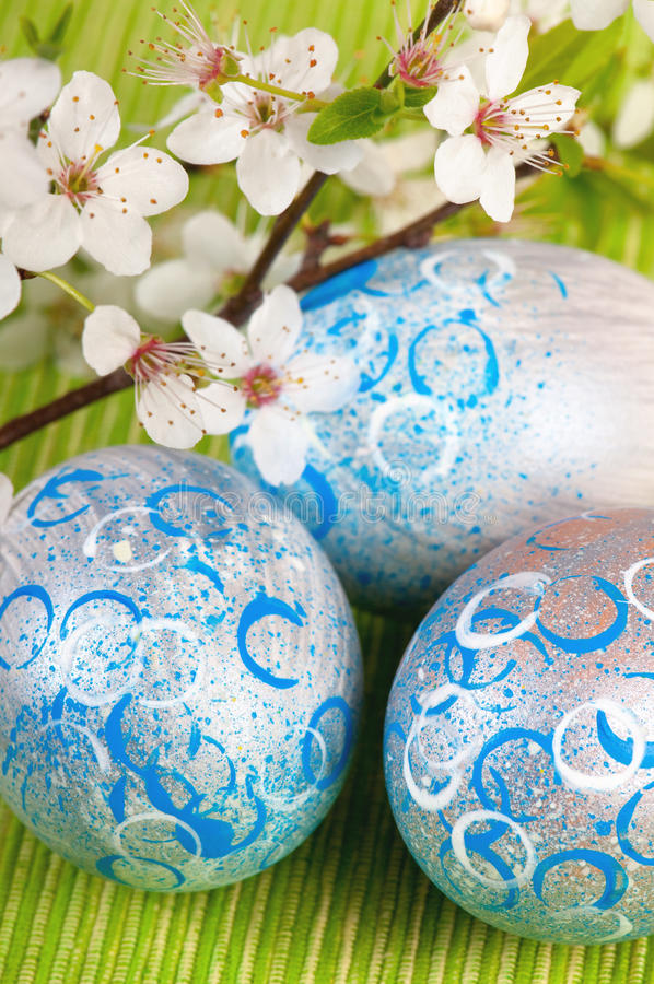 与新鲜的开花的复活节彩蛋 免版税库存照片