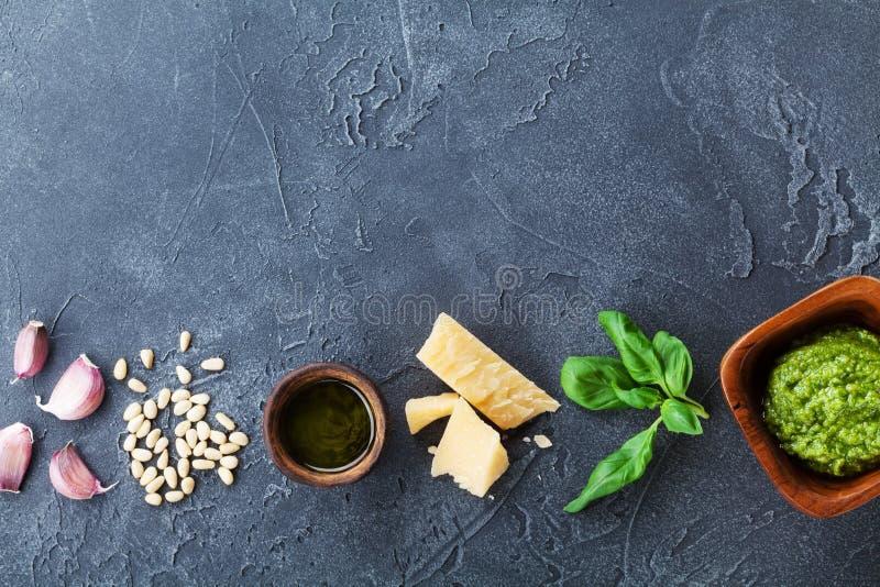 与新鲜的成份的传统意大利绿色pesto调味汁 健康和有机食品 食谱的空的空间 库存照片