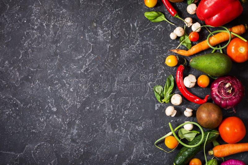 与新鲜的成份的未加工的有机菜健康烹调的在葡萄酒背景,顶视图 素食主义者或饮食食物 免版税库存图片