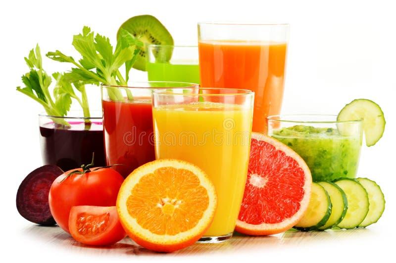 与新鲜的有机菜和果汁的玻璃在白色 库存照片