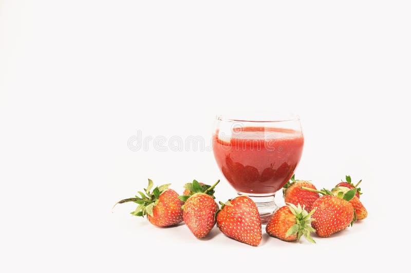 与新鲜的草莓汁在白色背景 库存图片