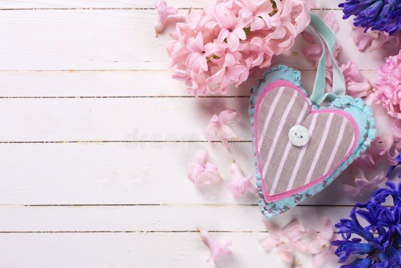 与新鲜的蓝色和桃红色花hyacnths和装饰的背景 库存图片