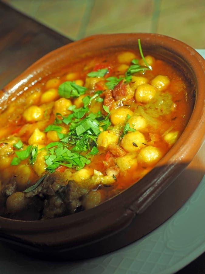 与新鲜的蓬蒿的自创碗鹰嘴豆豆汤如服务  库存照片