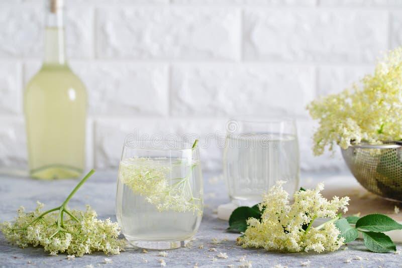 与新鲜的elderflowers的自创elderflower甘露酒 库存照片