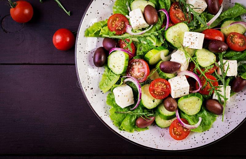 与新鲜蔬菜、希腊白软干酪和卡拉迈橄榄的希腊沙拉 免版税库存图片