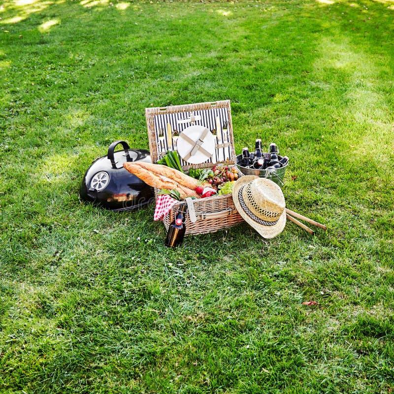 与新鲜蔬菜和啤酒的野餐篮 库存图片