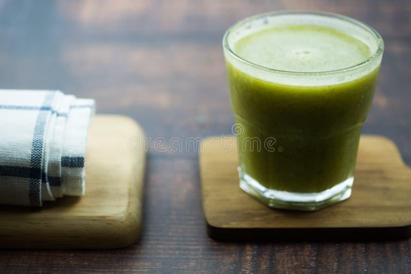 与新鲜蔬菜和果子的草汁自然混合在玻璃 库存照片