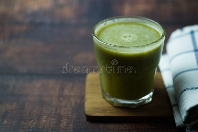 与新鲜蔬菜和果子的草汁自然混合在玻璃 免版税库存照片