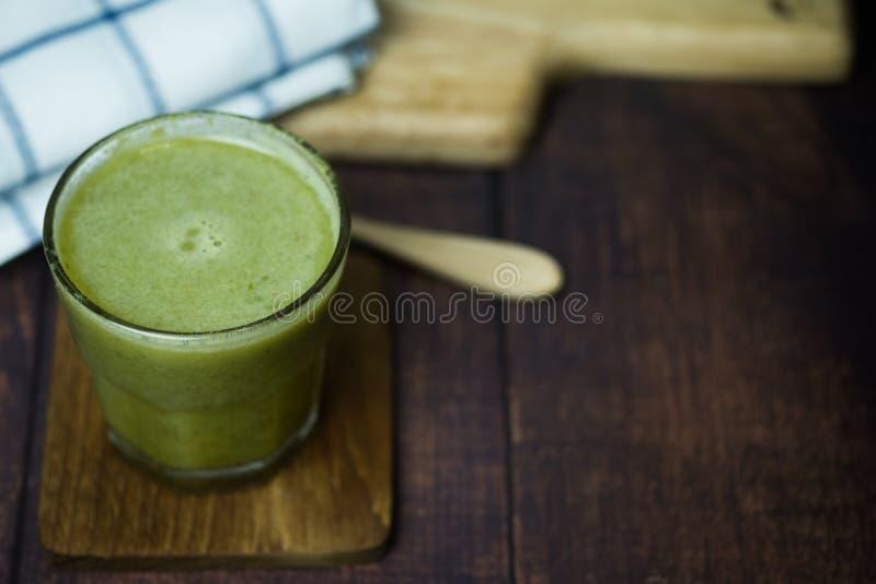 与新鲜蔬菜和果子的草汁自然混合在玻璃 库存图片