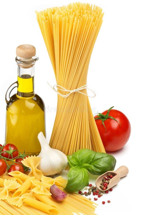 与新鲜蔬菜和草本的面团 免版税库存图片