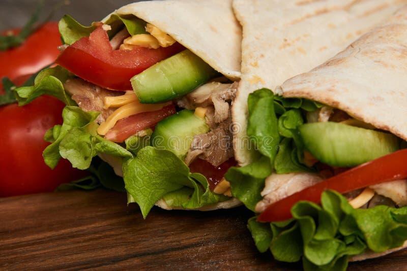 与新鲜蔬菜和鸡的Shawarma三明治烤了肉 免版税库存照片