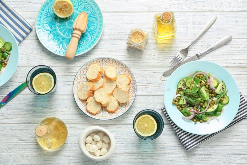 与新鲜蔬菜沙拉板材的构成  免版税库存图片