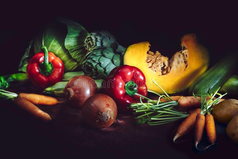 与新鲜蔬菜的健康食物概念在黑暗的背景 土气样式 免版税库存照片
