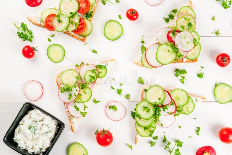 与新鲜蔬菜的春天三明治 免版税库存图片