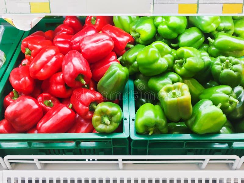 与新鲜蔬菜的架子在超级市场健康食品概念 免版税库存照片