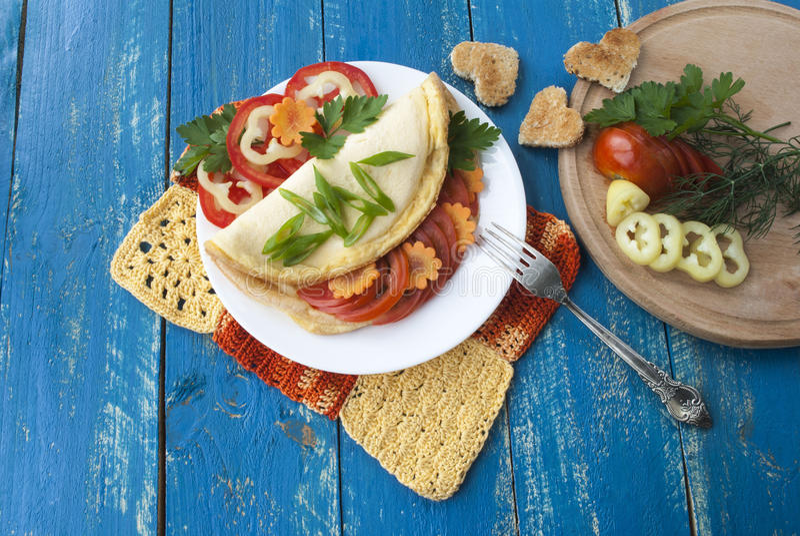 与新鲜蔬菜的煎蛋卷、鲜美和健康食物、蕃茄和胡椒 免版税库存图片