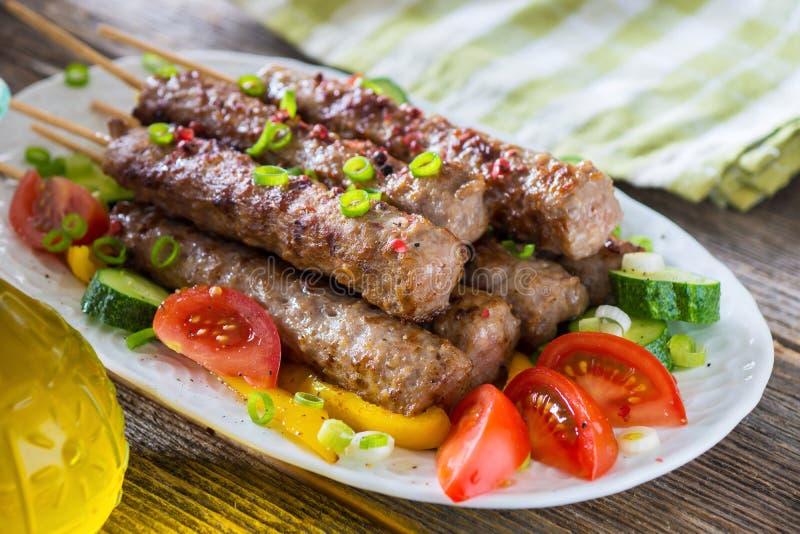 与新鲜蔬菜的肉末kebab 免版税库存图片