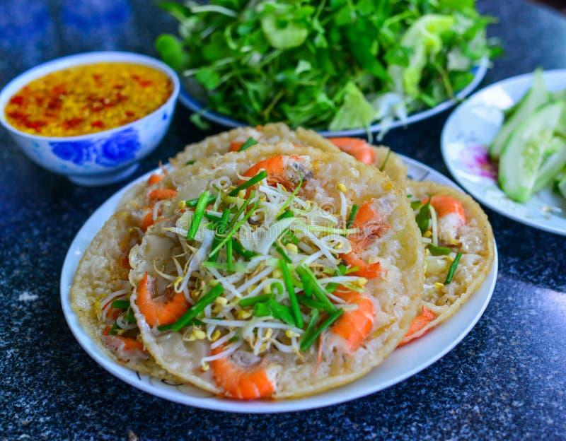 与新鲜蔬菜的越南薄煎饼 免版税库存图片
