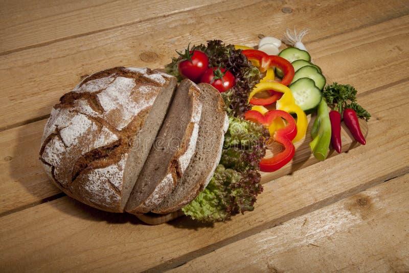 与新鲜蔬菜的面包 免版税库存照片
