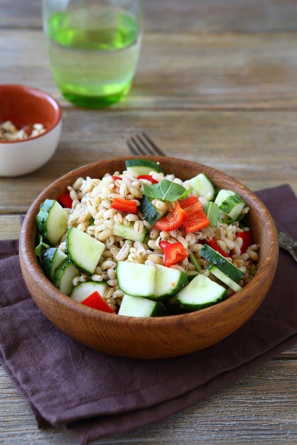 与新鲜蔬菜的鲜美大麦米沙拉在碗 库存照片