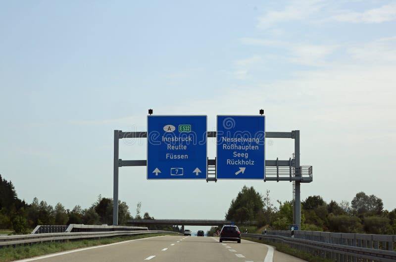 与方向的交通标志到在Austri的国家边界 库存图片
