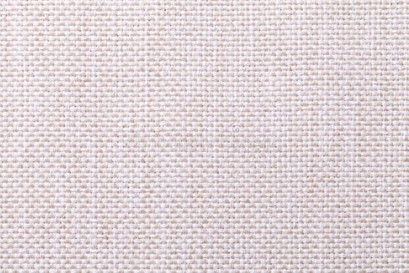 与方格的样式,特写镜头的白色和米黄纺织品背景 织品宏指令的结构 免版税库存照片