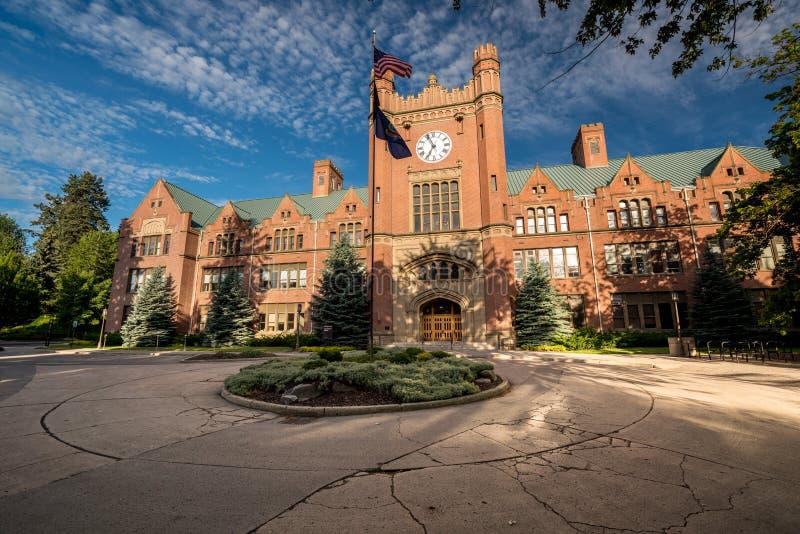 与旗子的一座大学政府大楼 库存图片