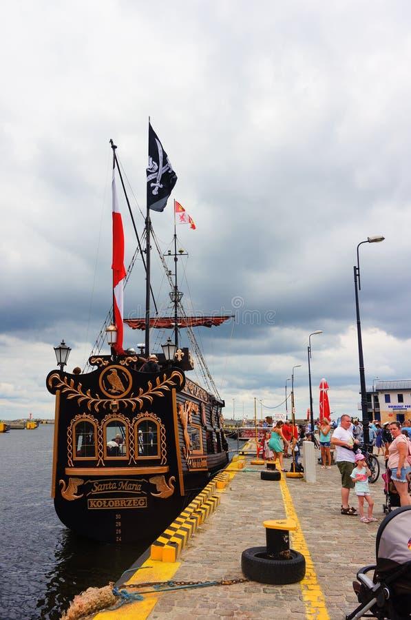 与旗子的海盗船 免版税库存图片