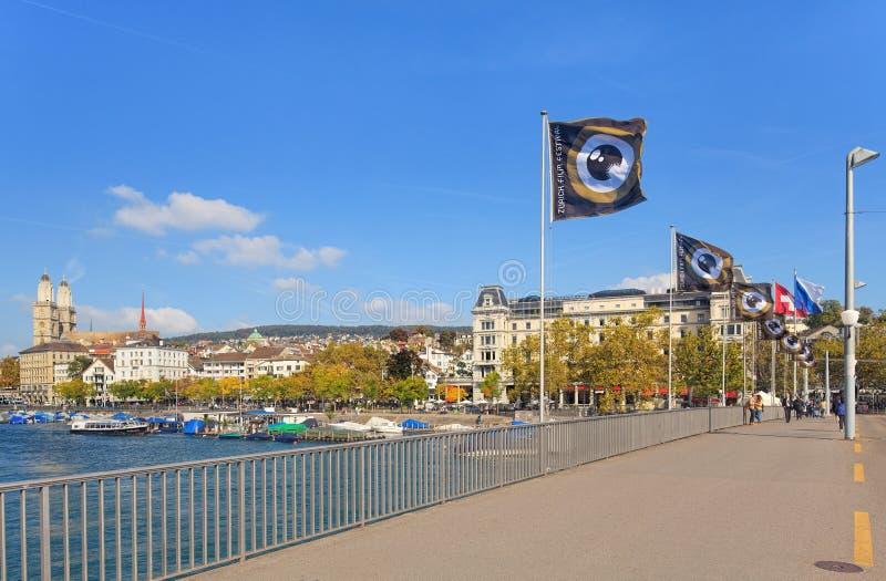 与旗子的苏黎世都市风景 免版税库存照片